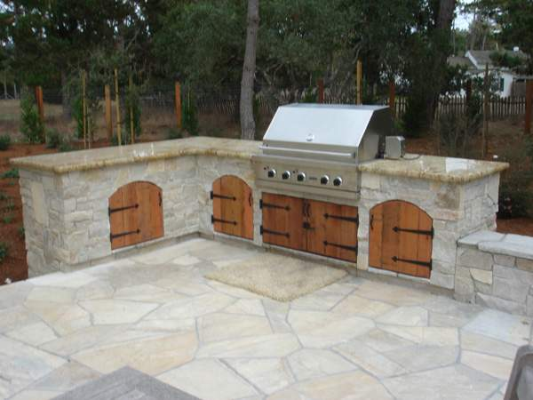 We offer a variety of outdoor kitchen cabinet styles that meet